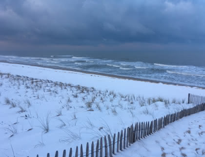Venir hors saison - plage enneigée